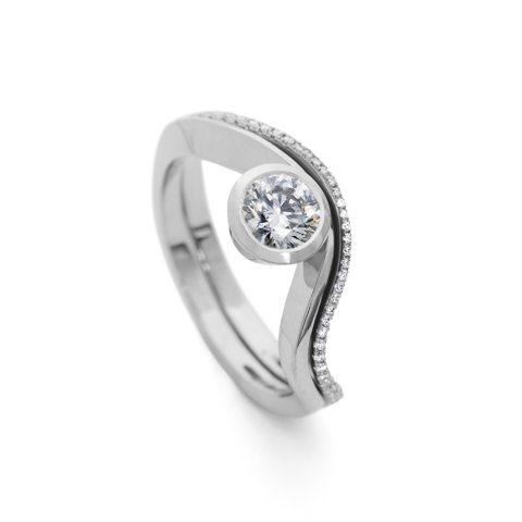 Single side solitaire engagement ring with fitted wedding band