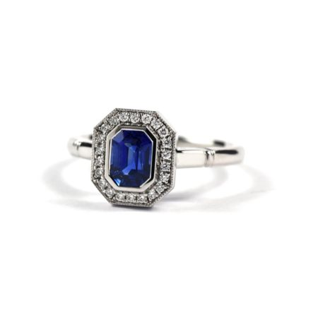 Art Deco style ring in 18ct white gold with sapphire centre stone and diamond surrond